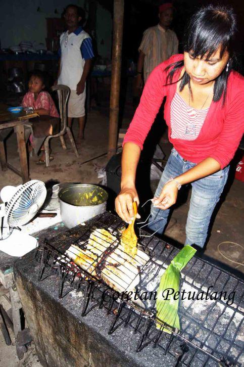 Proses Membakar Ikan di Pantai Empu Rancak Jepara