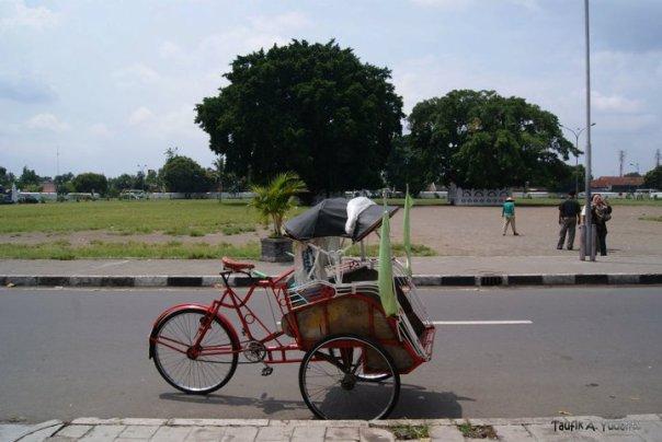 Becak di Alon-Alon Selatan Keraton Jogjakarta