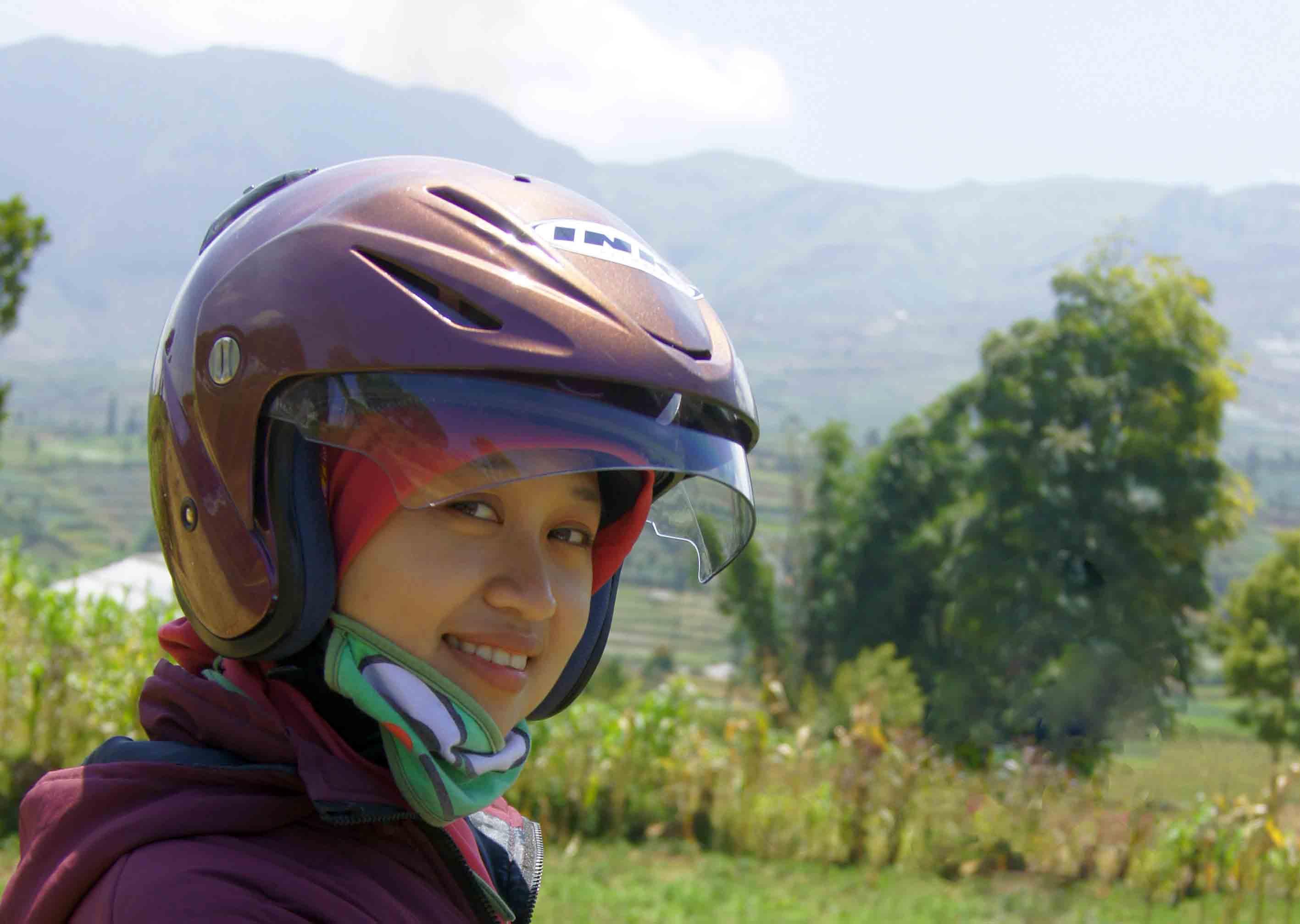 Tips Berpetualang Backpacker Khusus Para Gadis Coretanpetualangs Helm Cantik Memakai Untuk Keselamatan Diri