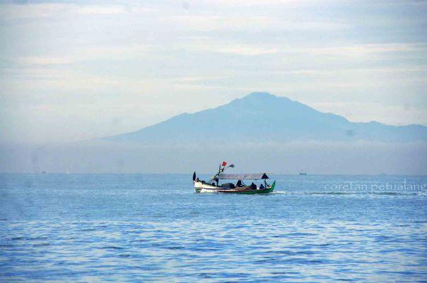 Pemandangan Gunung dan Kapal dari Pantai Kartini Jepara.