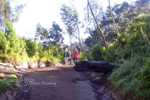 Turis Mancanegara - Jalan Terjal Kawah Ijen